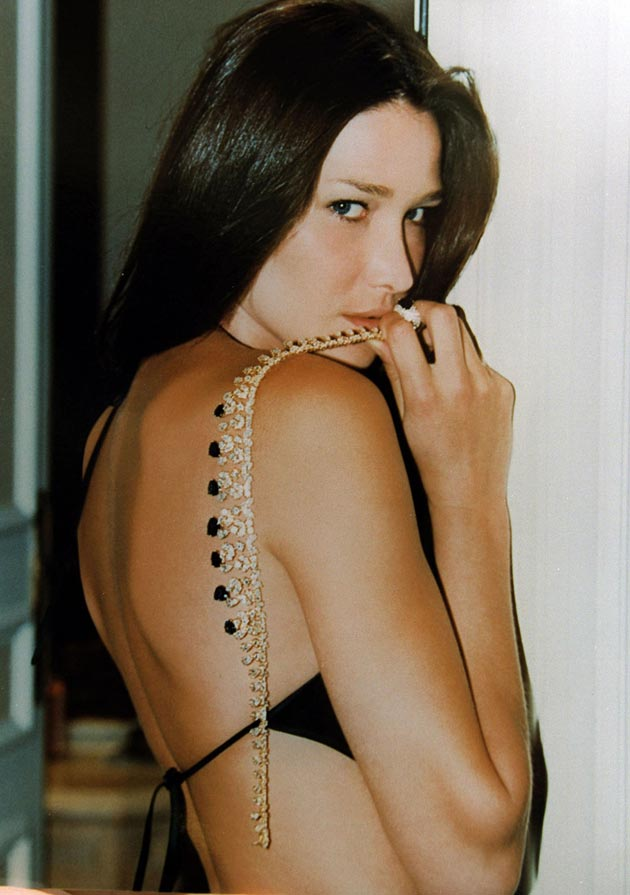 breast size Carla Bruni