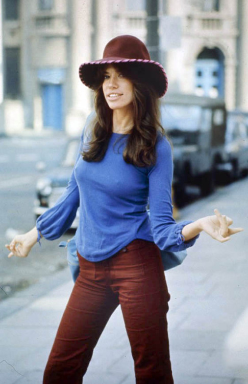 breast size Carly Simon