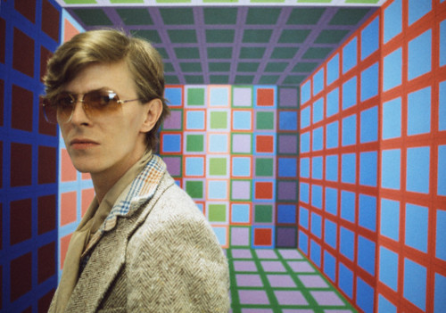 06 Jun 1977, Anet, France --- British singer, songwriter and actor David Bowie in the workshop of Hungarian French artist Victor Vasarely. --- Image by © Christian Simonpietri/Sygma/Corbis