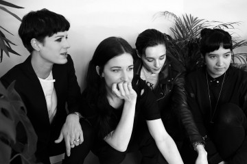 SAVAGES – Le poing en l'air