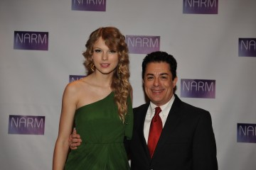 07 Taylor Swift & James Donio at 2010 NARM Convention